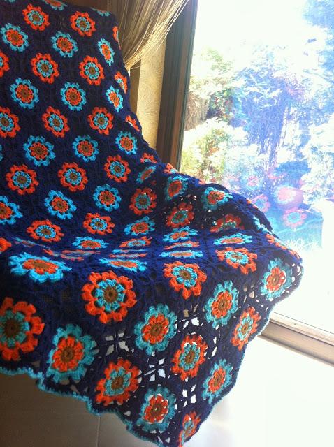 Lacivert Çiçek Motifli Örgü Battaniye Modelleri